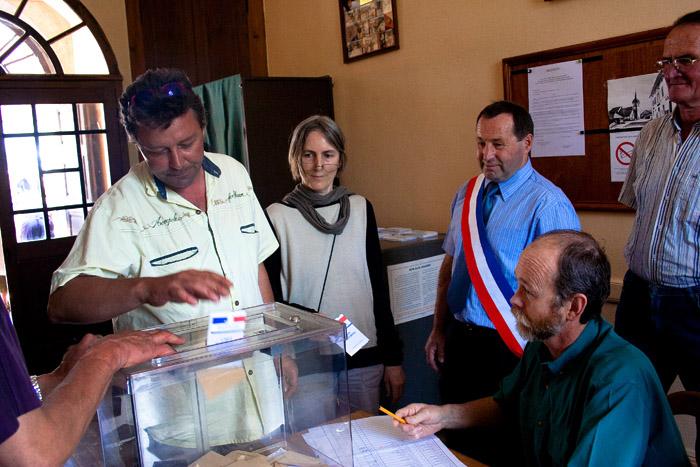 Un habitant du Petit-Abergement rend sa carte d'électeur lors du premier tour de l'élection legislative française de juin 2007. La majorité des electeurs du village feront de meme pour protester contre la fermeture de l'école de la commune.