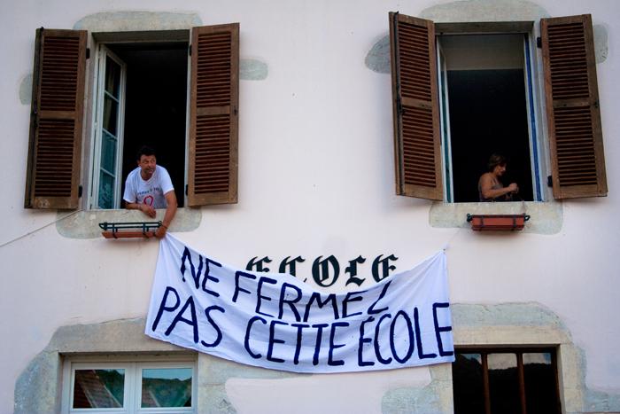 Installation d'une banderolle lors de la mobilisation contre la fermeture de l'école du Petit-Abergement en aout 2007