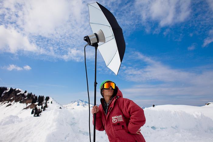 Clemsou (Clément Paris) prends la pose avec le flash du photographe Pierre Augier lors d'une session de ski freestyle backcountry à Samoëns le 23 mars 2009.