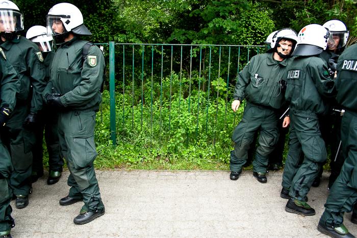 Il y a un trou dans la police le 4 juin 2007 lors d'une manifestation pour la liberté de circuler dans le monde organisée à Rostock dans le cadre du contre sommet du G8 Allemand.