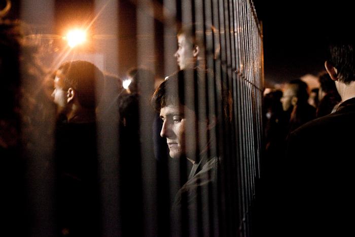 Après le concert de Manu Chao, un homme patiente dans la foule qui cherche à prendre des navettes pour quitter le site de la Fête de l'Humanité.