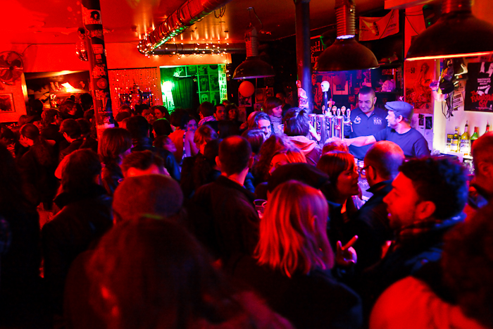 """A l'intérieur du bar """"La Féline"""" dans le 20ème arrondissement de Paris pendant la nuit du 7 au 8 novembre 2009."""