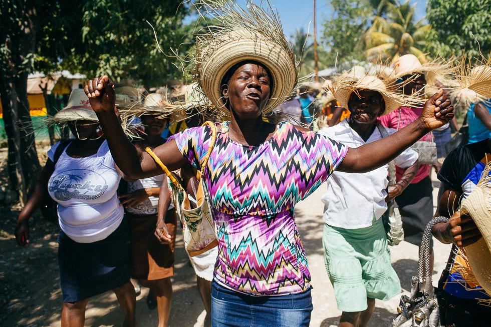 Une manifestante danse pendant la marche des droits des femmes organisée par le Mouvement Paysan Papaye en Haïti le vendredi 7 mars 2014 dans la province de Hinche.