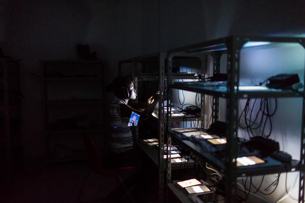 """Dans la salle de test produit de Surtab, une jeune entreprise haïtienne spécialisée dans la fabrication de tablette tacile """"made in haiti""""."""
