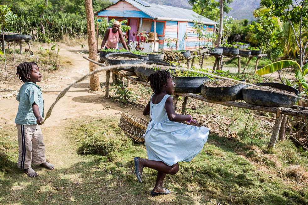 Exploitation agricole de Moccene Joachim, 25 ans, dans les environs de Hinche à Haïti. Ce jeune paysan vit sur l'exploitation avec sa femme Chérilia et leurs deux enfants et a bénéficié de l'aide du Mouvement Paysan Papaye (MPP) pour mettre en place sa production.