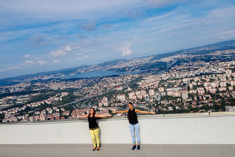 Des touristes au sommet de la plus haute tour d'Istanbul le 8 aout 2014.