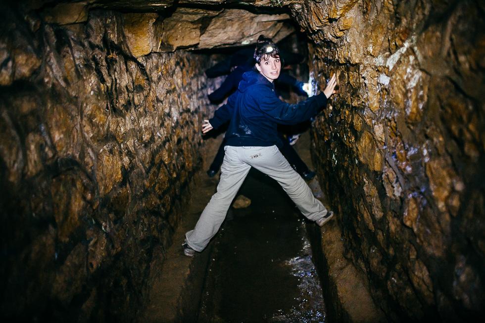 Katarina dans les catacombes (galeries souterraines) de Paris la nuit du 1er novembre 2014 en compagnie d'un groupe de cataphiles.