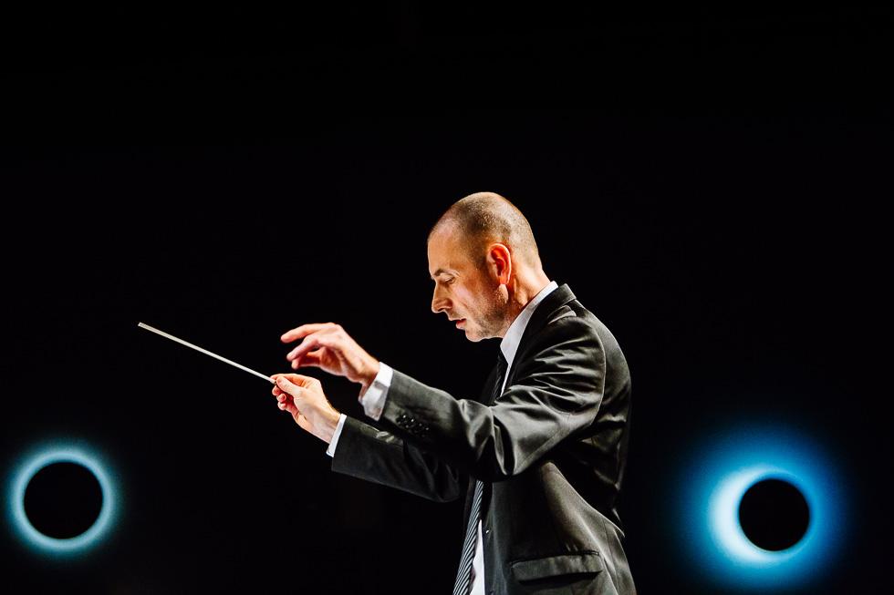Le chef d'orchestre lors du concert de l'Industrielle, orchestre harmonique, au Palais de la Culture de Puteaux dans le cadre de la Sainte Cécile le samedi 22 novembre 2014.